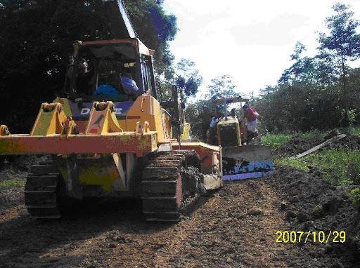 Tractores intentando entrar  a la fuerza a Territorio Naso Teribe en Bocas del Toro