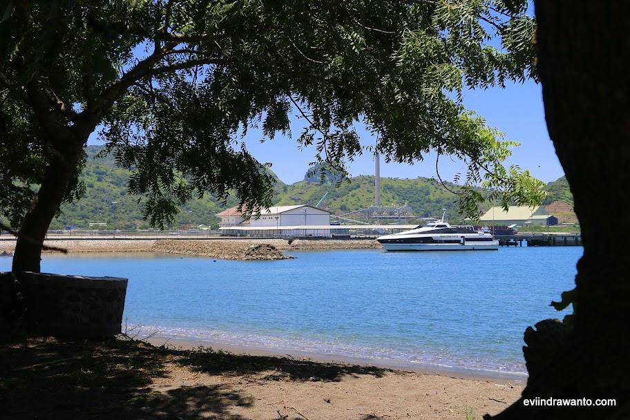 Pelabuhan Benete dari jauh