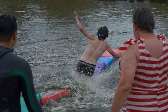 in het water
