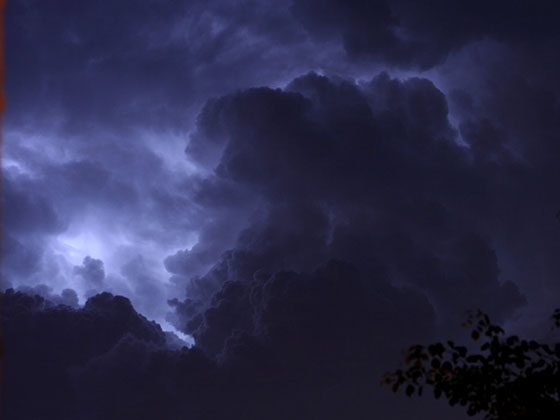 Nuvens escuras de tempestade noturna