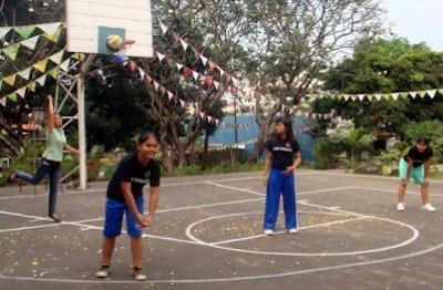 Ma'am Loida Alvarez toss the ceremonial volleyball.