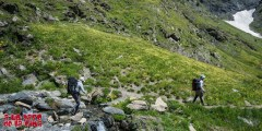 Cruzando el torrente.©aunpasodelacima