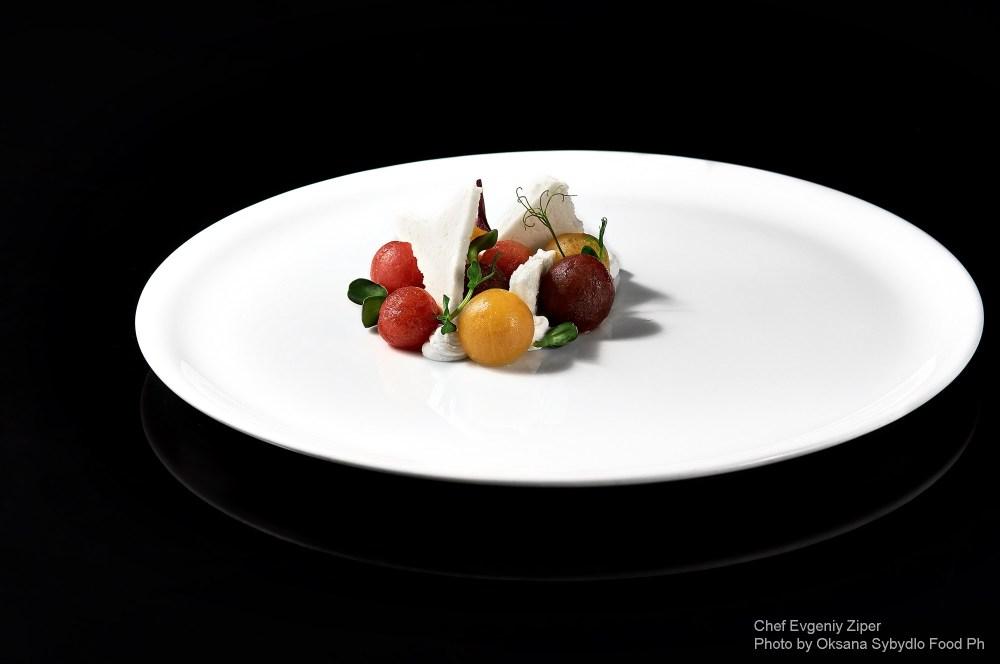 Три види томатів и сир у двох текстурах : солений крем, і твердий сир