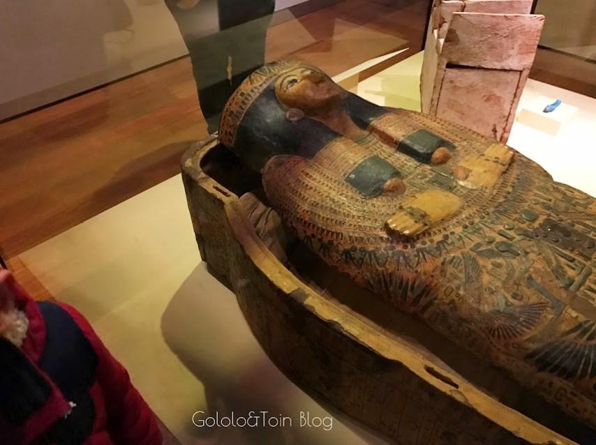 Sarcófago con momia en el museo arqueológico nacional España