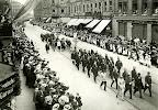 18. Deutscher Reichsfeuerwehrtag vom 24.-29.07.1913. Der Festzug mit Feuerwehrleuten aus europäischen Ländern in der Frankfurter Straße, Juli 1913
