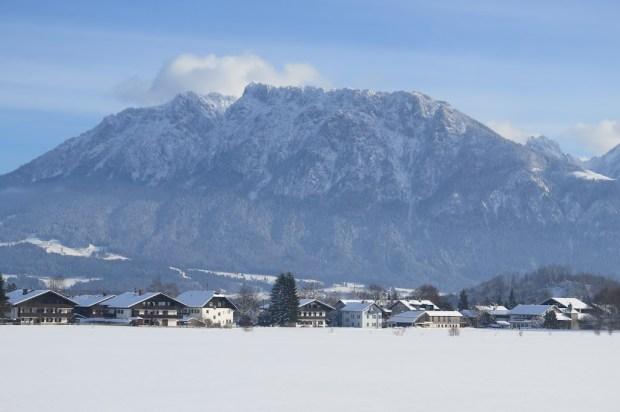 Die Loipe in Oberaudorf liegt vor der imposanten Kulisse des Kaisergebirges