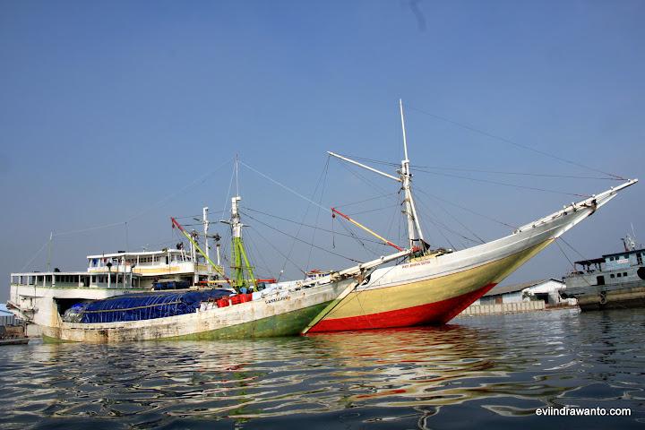 Perahu kayu antar pulau