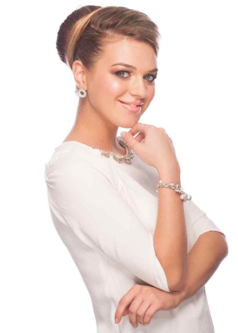 Wedding updos for continued hair: A captivated bun mimics the glam of a French twist, but with added stability.