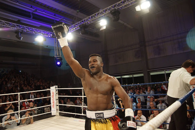 Yves Ngabu wint de WBC Francophone titel boksen