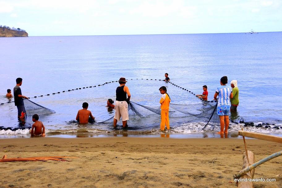 Menjala ikan bersama hasilnya dibagi rata