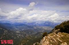 Mondoto y Sestrales. En alguna parte, entre las nubes,está el macizo del Perdido ©aunpasodelacima