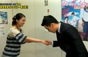 武井咲の韓国式握手その3