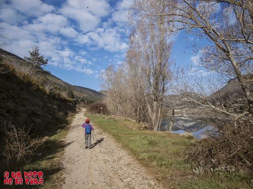 Nada más cruzar la presa. Comenzamos... ©aunpasodelacima