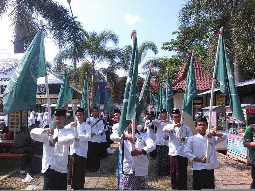 Pelajar Putra dan Putri NU Majenang ikut menyukseskan kirab Resolusi Jihad. Foto: FB Putra Putri NU Majenang.