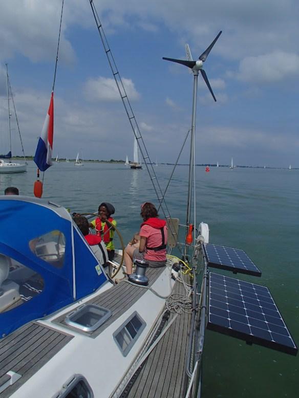 Stroom van zonnecellen en windmolen