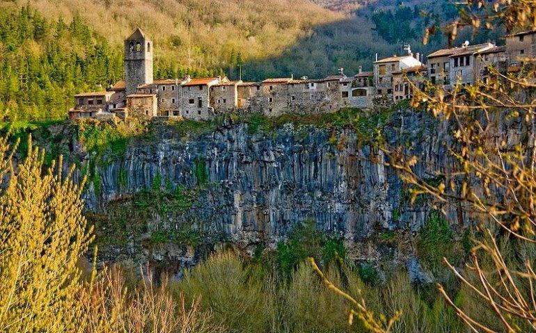 Деревня Кастельфольит-де-ла-Рока