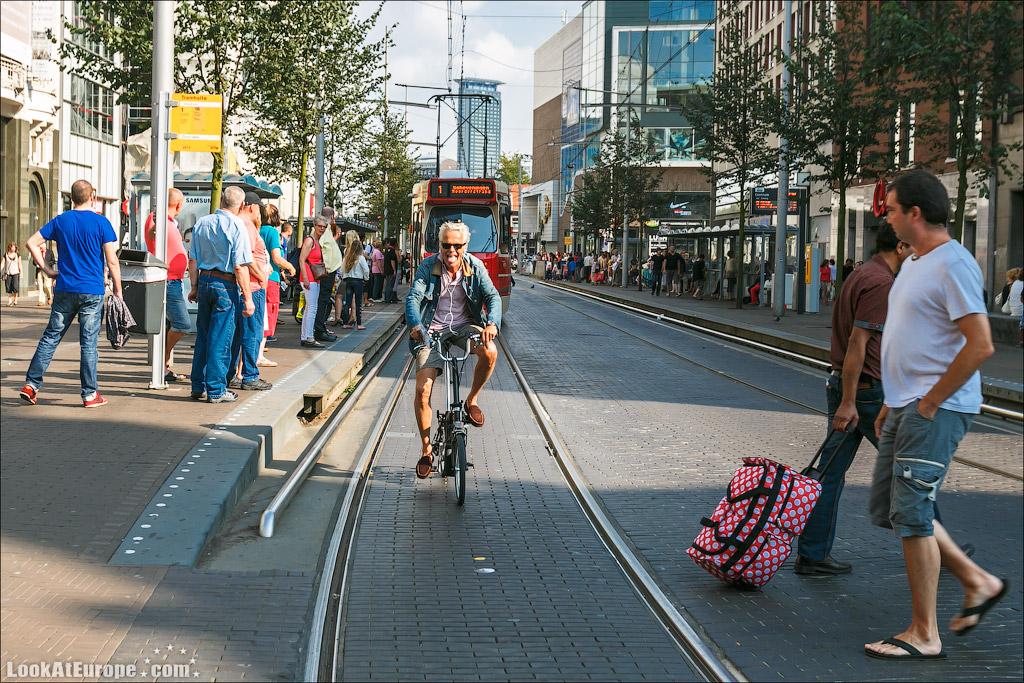 LookAtEurope.com - Веселых голландец велосипедист в Гааге