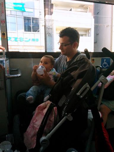 Montando en autobús en Tokio