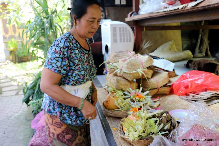 Odah sedang menyiapkan Banten kecil yang berisi antara lain buah Kelapa Puan