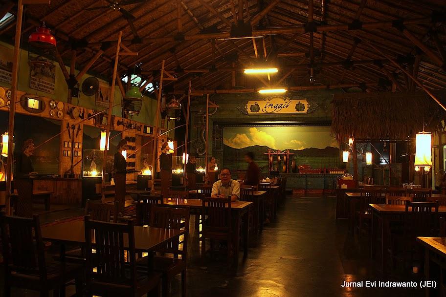 foto ruang utama Rumah Makan Inggil