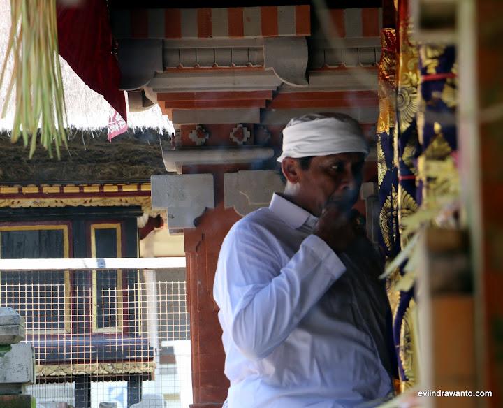 Bapak Pendeta atau Pemangku sedang bersiap di muka Balai Gede