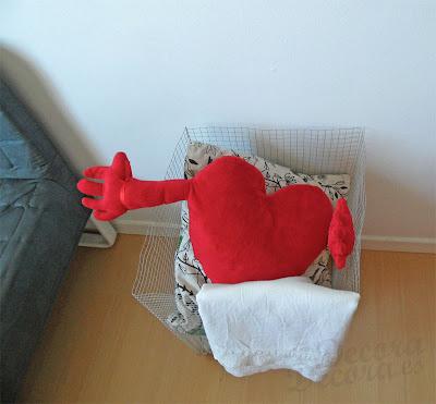 Una cesta con malla hecha a mano.
