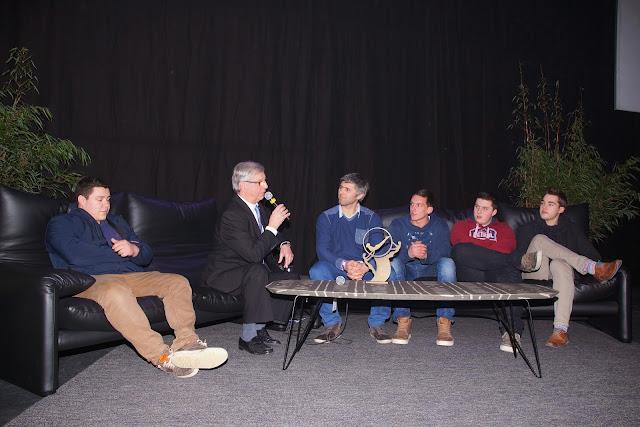 jeugdsportteam van het jaar op de sofa bij Noël