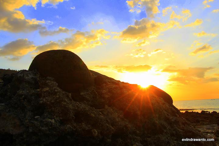 matahari mengintip dari balik bebatuan