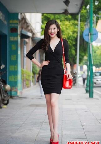Á hậu Tú Anh diện váy ngắn khoe chân dài nõn nà
