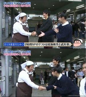 武井咲の韓国式握手その2