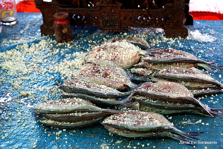 Mengawetkan ikan dengan garam bukan dengan formalin