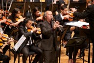 El solista colombiano Javier Asdrúbal Vinasco cautiva al público con la ejecución de su clarinete acompañado por la Orquesta Sinfónica de Juventudes Francisco de Miranda, ambos bajo la dirección del maestro Felipe Izcaray