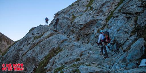 Camino tallado en la roca. ©aunpasodelacima