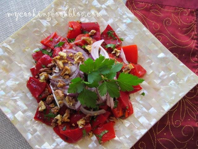 Салата с печени червени чушки, чесън и орехи