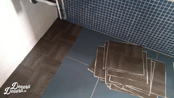 El suelo de mi ba o nuevo con losetas vin licas - Como poner baldosas en el piso ...