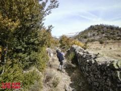 Muro de piedras que separa el camino de los pastos ©aunpasodelacima