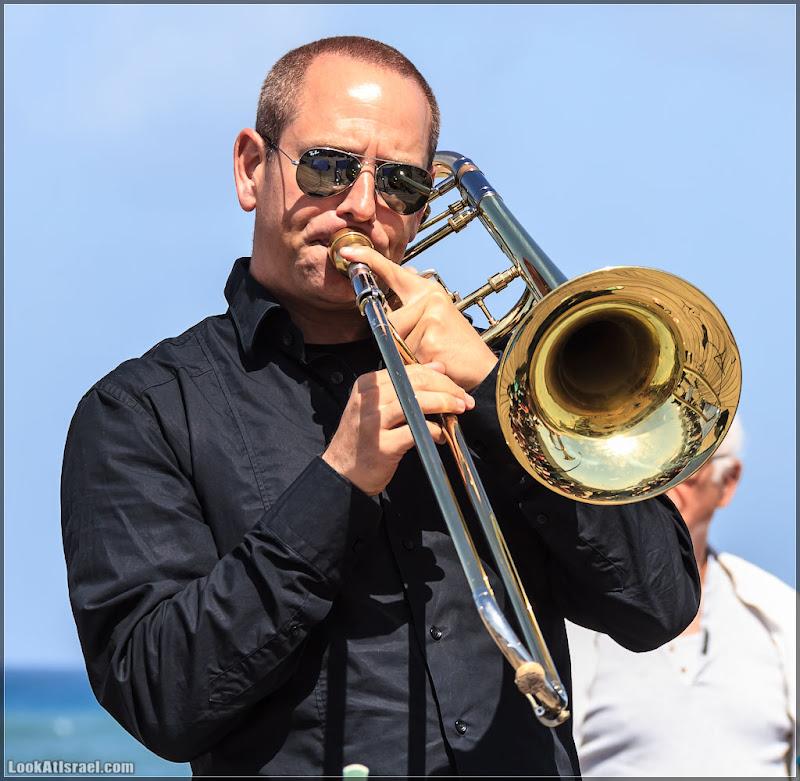 На пристани играет духовой оркестр