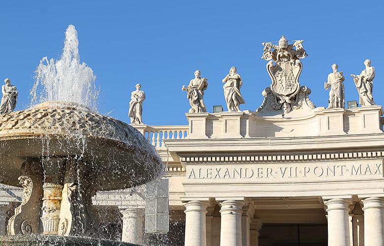 La place Saint-Pierre du Vatican et sa fontaine, à Rome.