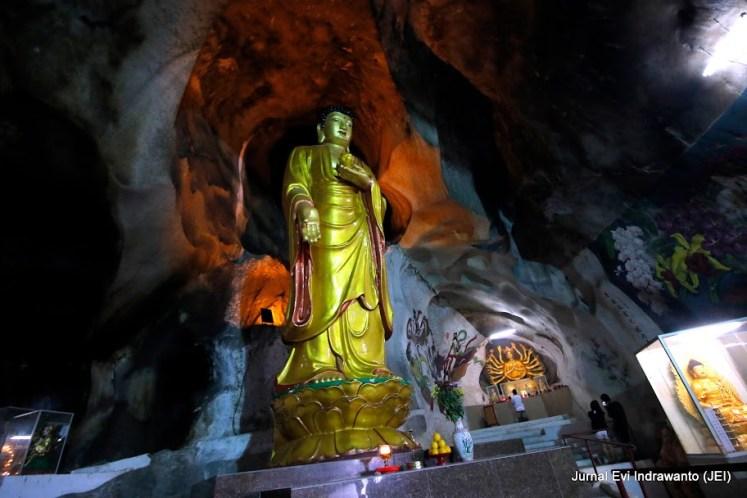 Bersua banyak altar dan patung selama perjalanan