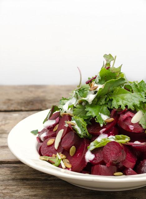 Salata de sfecla rosie cu sos de iaurt si seminte