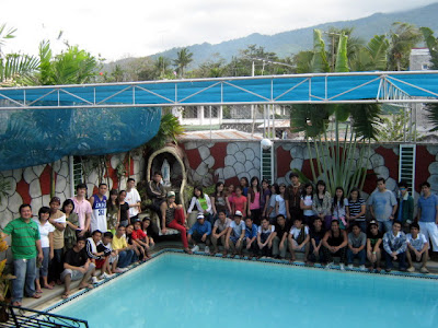 All fifty students and faculty pose behind the pool.