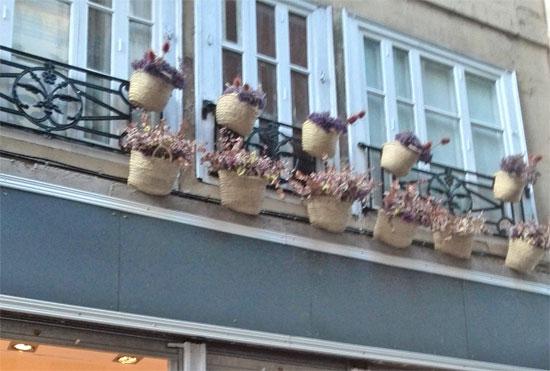 Decorar ventanas con cestas de flores.