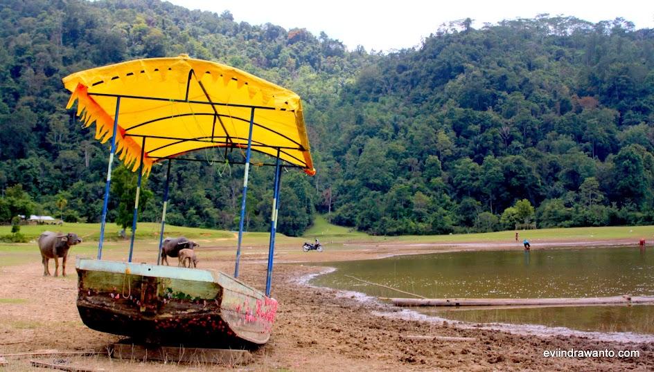 perahu untuk menyusuri danau tarusan kamang