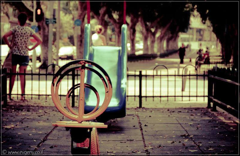 Одно фото / Тель Авив, пустуют детские площадки