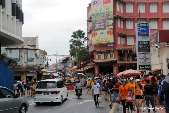 Kesibukan di  jonker walk Melaka - Jonker Walk opening hours