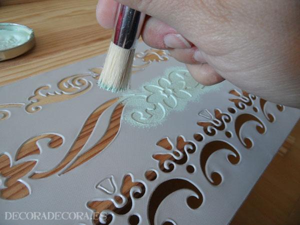 Decorar un baúl con pintura y estarcido