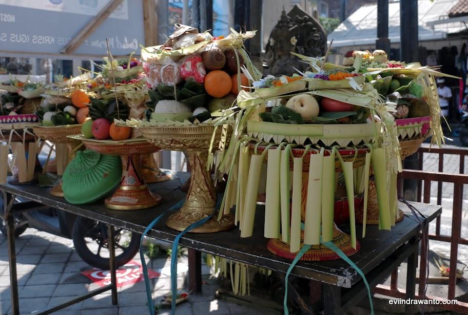 Banten prani, persembahan yang diletakan di luar balai banjar