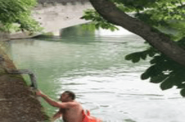 man In order to avoid heavy traffic This Man swims every day to work