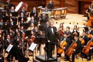 Antes de comenzar el concierto, el maestro Felipe Izcaray explica al público el repertorio a ejecutar por parte de la OSJFM; en su exposición, comenta sobre la obra Solar Spectrum; del venezolano Leo Duerto, que se asemeja a las melodías del amanecer y el sol