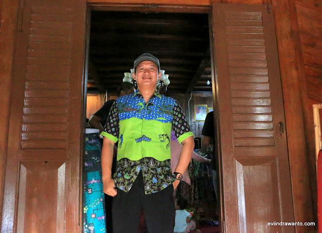 Mas Elvan dengan batik tanggamusnya menyambut kami di depan pintu masuk Sanggar Ratu